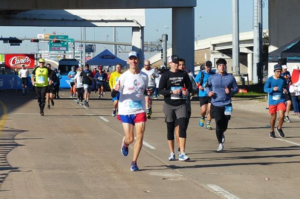 Mike Sohaskey looking strong at Houston Marathon mile 13