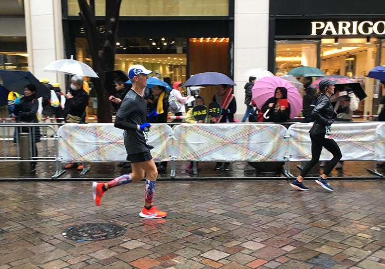 Mike Sohaskey in mile 26 of Tokyo Marathon